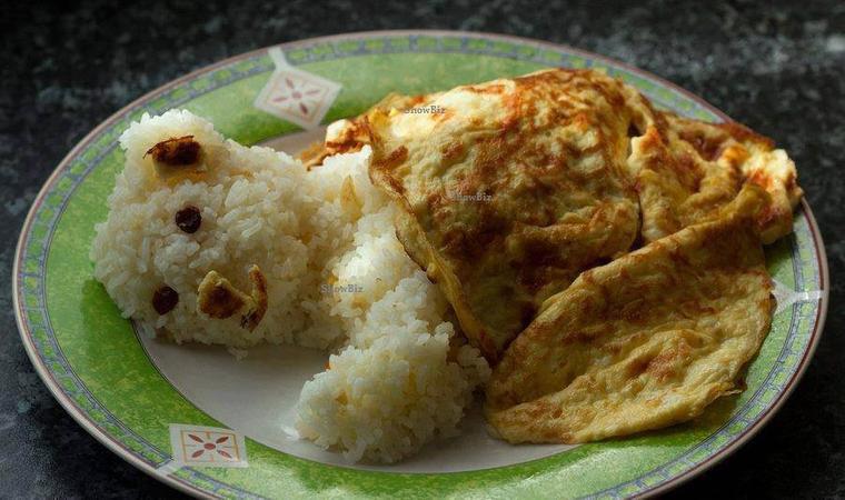 assiette d' ourson de riz et couverture d'omelette