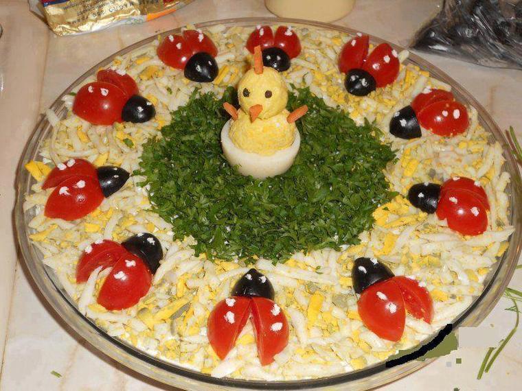 salade d'oeufs durs et ces coccinelles de tomates olives noires et son poussin oeuf