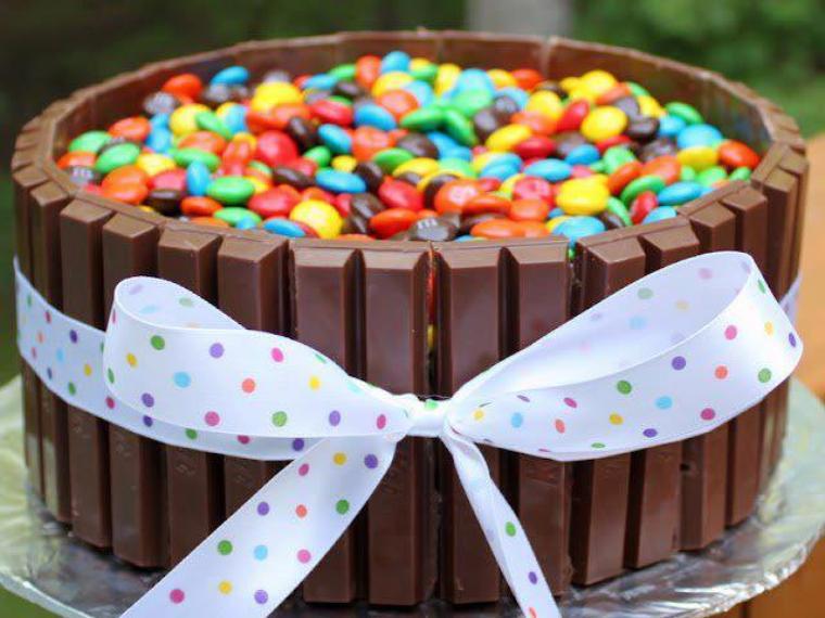 gateau d'anniversaire avec des barres kinder et des bonbons smarties