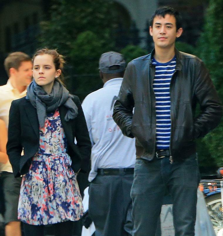 Le 20/10/12 Emma et will on été vu dans les rues de New York .Emma toujours aussi chic, est magnifique dans cette robe a fleur :)