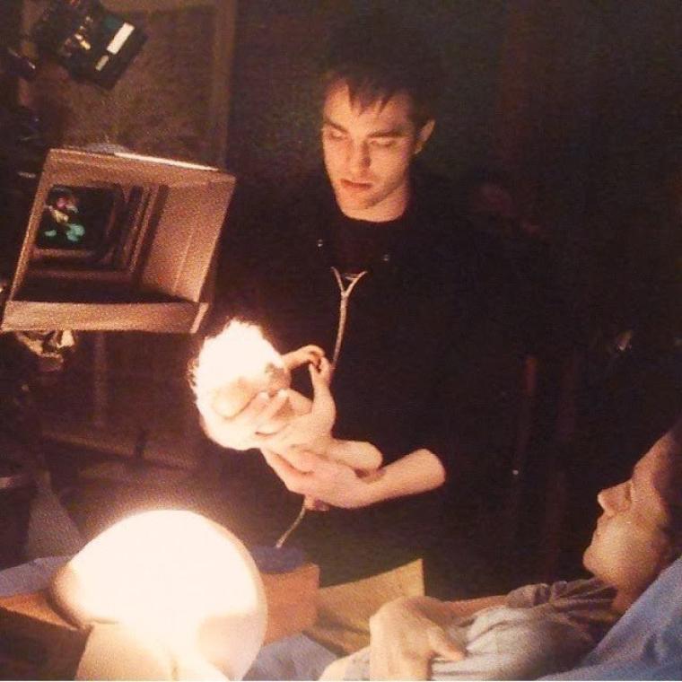 """Ancienne photo BTS de Robert Pattinson, Kristen Stewart et un faux bébé sur le tournage de """" Breaking Dawn """""""