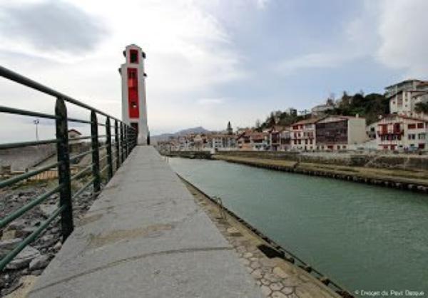 Pays Basque de nos jours : le phare de St Jean de Luz