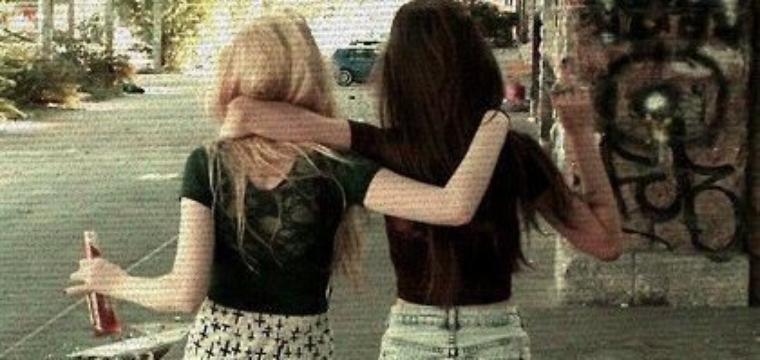 """Une amitié qui ne meurt pas."""