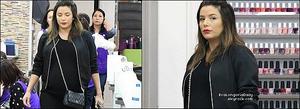 💅 Eva est allée dans un Salon de Beauté.  25 Avril 2o18. Beverly Hills - États-Unis. Tenue: Eva porte une Veste Eva Longoria Collection, un Sac Chanel à 1570¤ & des Baskets Adidas à 80¤.