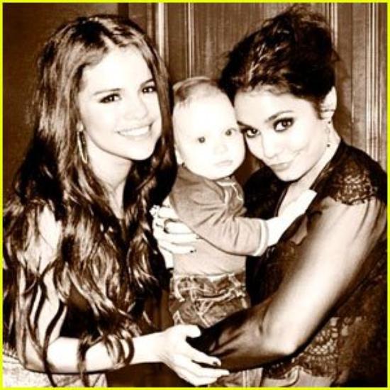 Selena Gomez & Vanessa Hudgens: Office Buddies!