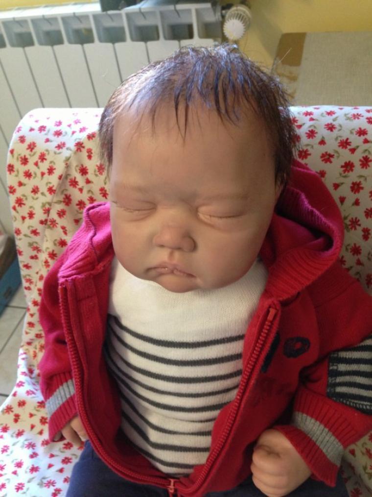 Léo très beau bébé déjà adopté, il a été reborné dans les règles de l'art ,rooting, manucure, veinage, marbrures, rougeurs , il pèse 2,200kg