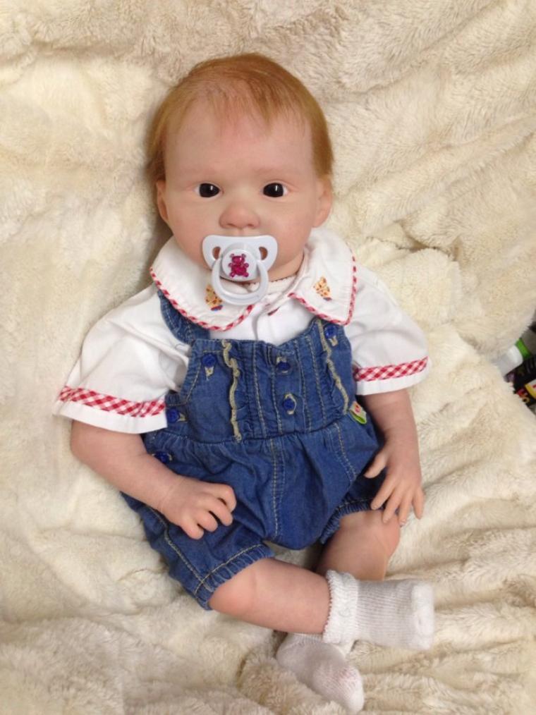 Très beau bébé Reborn Lola de 2,400 kg née le 11 décembre 2013 a été adoptée .