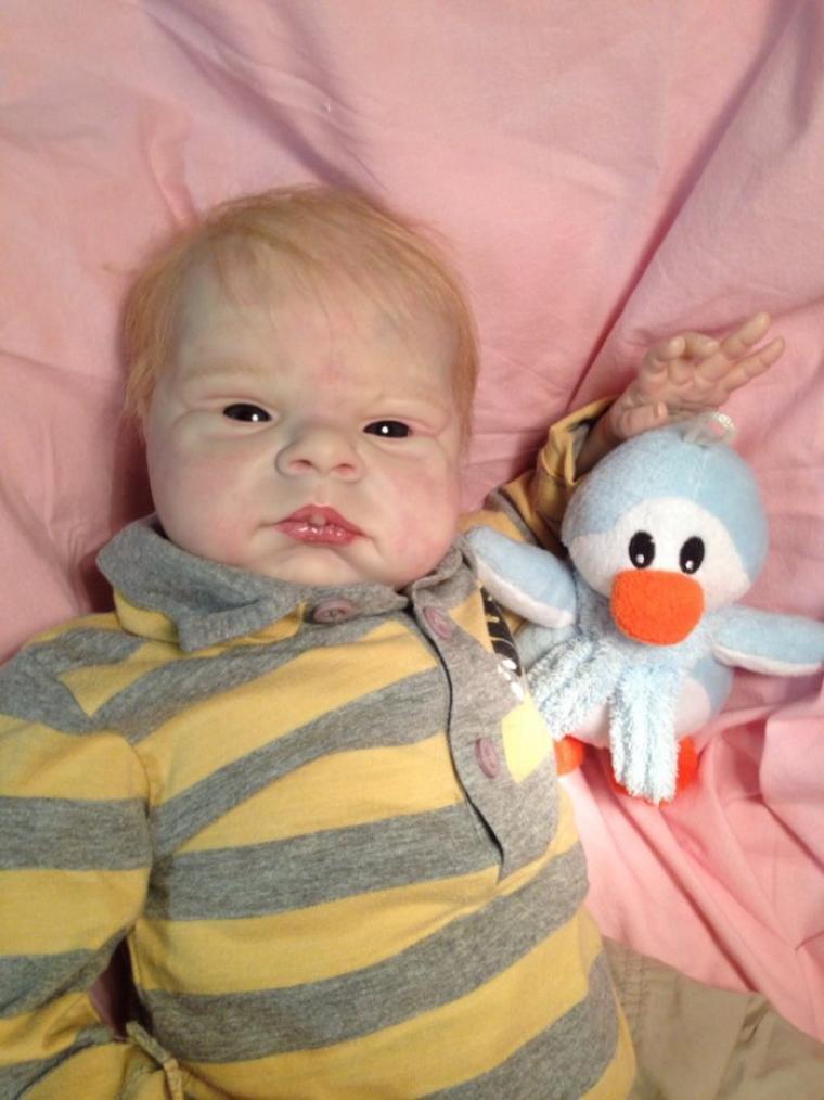 Mathéo très beau bébé Reborn de 2,400 kg né le 23/12/2013 et mesure 50 cm à été adopté