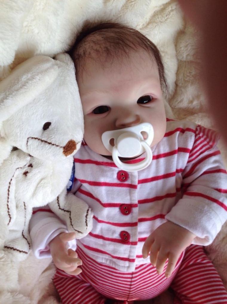 Suri très beau bébé Reborn née le 05 mars 2014 pèse 2,200 kg mesure 50cm