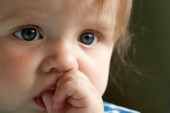 Démission des parents : Action qui consiste à donner beaucoup d'argent de poche et très peu de gifles.  - Jean Dutourd -