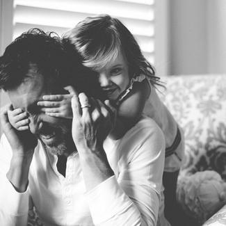 Peut-être qu'entre un homme et une femme qui ont eu un enfant ensemble il reste toujours, quoi qu'il arrive par la suite, un soupçon d'amour résiduel: même englouti, il est toujours là, comme une épave au fond de la mer. - S. K Tremayne -