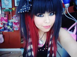 Les cheveux rouge et noir