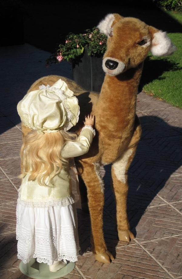 pour avoir un ordre de grandeur, la poupée fait 83 cm ... ... bonne semaine à toutes !!