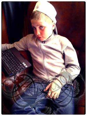 Je m'appelle Emeric , j'ai 14 ans je suis née le 19 août . J'habite a Fougères dans le 35 . Je suis célibataire ;)