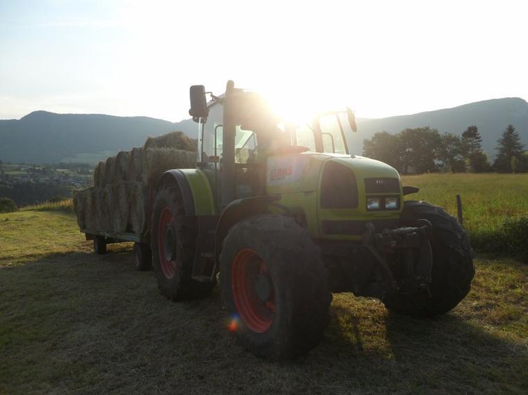 Tracteurs CLAAS 836 RZ avec un char