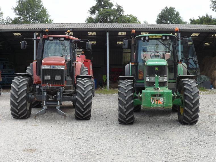 New Holland G190 avec presse 187 Massey Ferguson et John Deere 6920 avec presse New Holland BB940