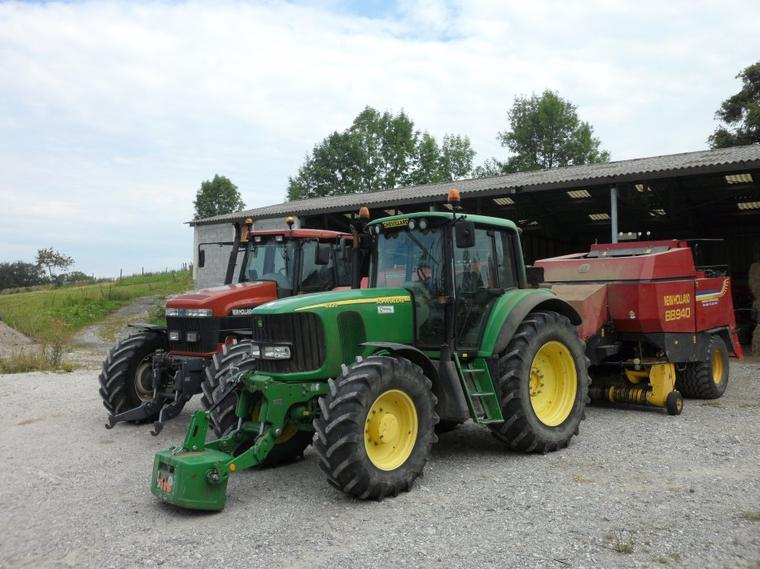 New Holland G190 avec presse 187 Massey Ferguson et John Deere 6920 avec presse New Holland BB940