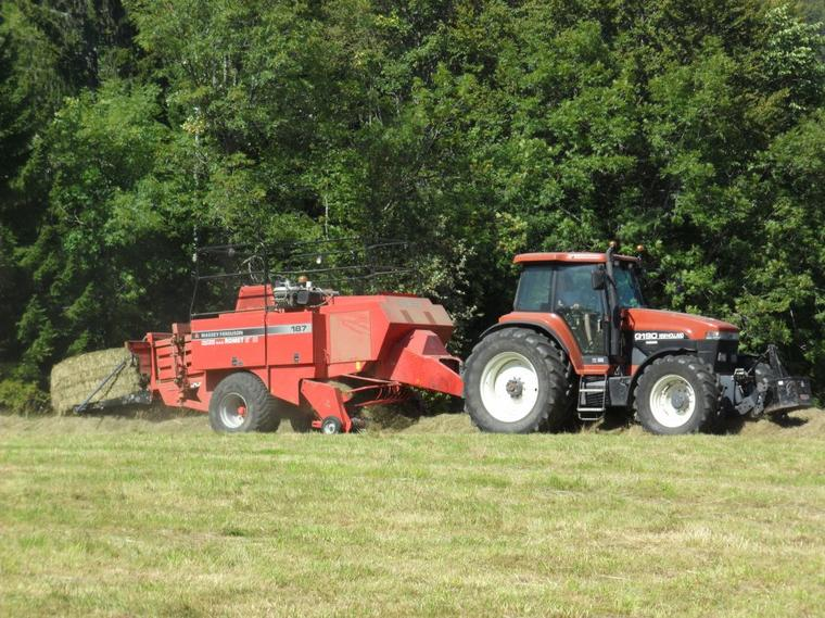 G190 New Holland avec presse 187 Massey Ferguson
