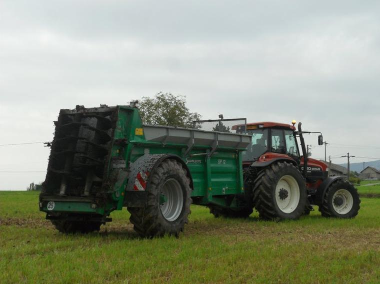 New Holland G190 avec épandeur Samson SP 12