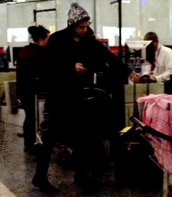 28/12/12 : Alors que Harry Styles était à l'aéroport vendredi pour retrouver sa bien-aimée sur les terres américaines, il semblerait qu'il soit resté bloqué sur place après avoir oublié son passeport !
