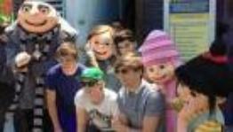 Les One Direction dans un parc d'attraction <3
