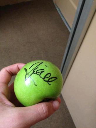 Niall qui a signé la pomme de Josh
