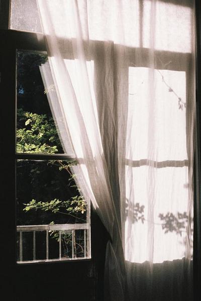 « Tenir compte de l'opinion des autres, en ce qui concerne la vie privée, ça peut être destructeur. J'ai donc décidé de ne pas y prêter attention. Je ne cherche pas à être rebelle. J'essaie de rester honnête et fidèle à ce que je ressens. Mais, la plupart du temps, les gens sont plus à l'aise avec un joli mensonge. » Kristen Stewart.