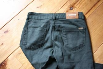 Pantalon vert assez foncé avec fermeture, ZARA. Taille 36. 20¤ avec FDP compris.