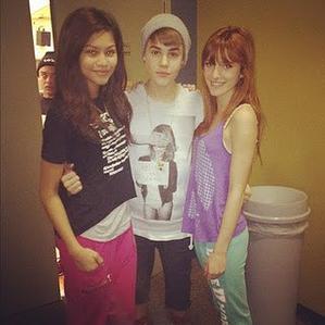 Justin com Bella Thorne e Zendaya Coleman