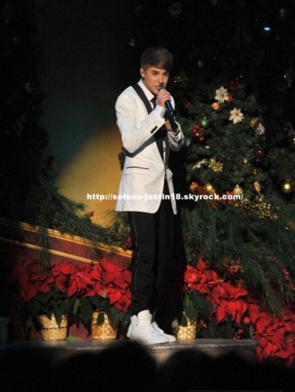 Dimanche 11 décembre                                                                      Justin  bieber était l'invité du Christmas In Washington 2011, organisé par le président des Etats-Unis, Obama lui-même ou il a  performé.