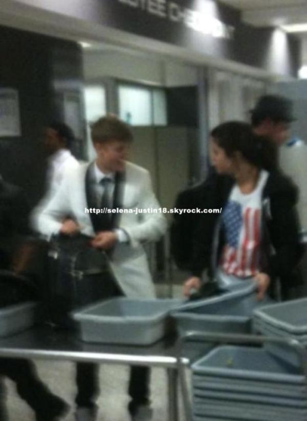 Dimanche 11 décembre                                                                      Justin, son équipage et Selena à l'aéroport international Dulles, à Washington DC  juste après sa performance!.