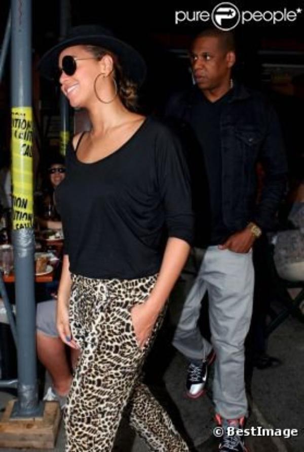 Beyoncé et Jay-Z dans les rues de New York sortent d'un bar de la ville après avoir vu un match...