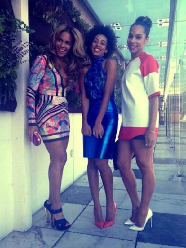 Beyoncé : Lumineuse, elle confie à Vogue son désir d'agrandir sa famille               ,        Beyoncé au brunch pre-Grammy en mini robe Elie Saab le 9 février 2013