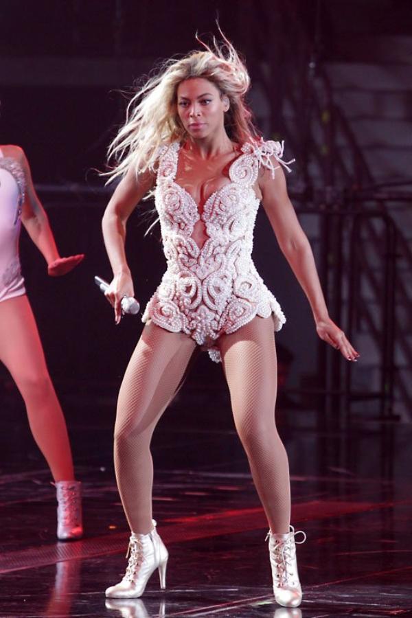 Beyoncé, sept tenues sexy pour un concert (PHOTOS)