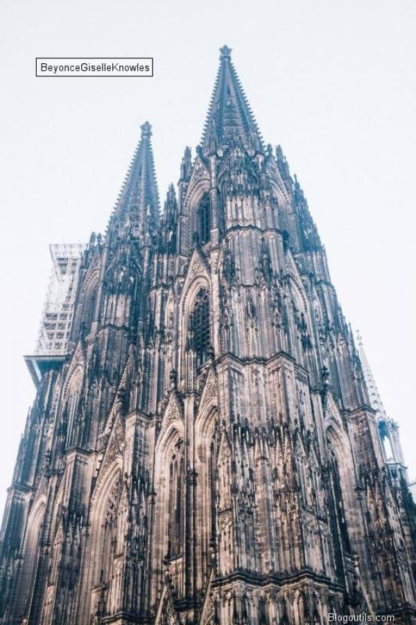 La Cathédrale de Cologne , des passants , Musicien , Beyonce en CONCERT  a COLOGNE  en ALLEMAGNE