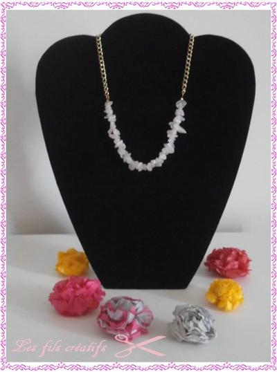 COLLIER DORE AVEC PERLES CHIPS ROSES