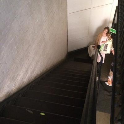 25/06/2014: Décidément Jemima ne s'arrête plus à chaque fois que je me reconnecte y a des nouvelles photos de disponible... Et dire que j'avais peur en commençant le blog de ne rien trouver sur elle. C'est toujours en pause sur le tournage de la série Girls qu'elle a été aperçu dans les rues de NYC et pour être encore plus précis à Astor Place.