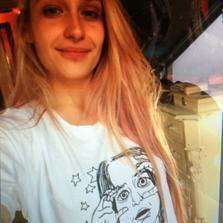 """11/10/2014: Jem pose avec un tee shirt fait à partir de son dessin pour l'asso LiLLY SARAH GRACE pour en savoir plus sur ce projet clic ici. Vivement le 25 et le lancement officielle de la campagne d'aide. Elle a aussi été voir son amie Lena Dunham qui l'a photographié entrain de dormir en lisant son livre """" Not that kind of girl"""" (pas vraiment la meilleure promo ... qui veut lire un livre somnifère?)"""