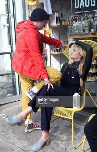 17/04/2015: Jemima était en tournage pour la série Girls. Elle était accompagnée d'Adam Driver; ils semblaient jouer une scène de dispute... Mais Adam semble aussi offrir un poisson à Jessa ? Lena Dunham était elle aussi dans le coin d'ailleurs c'est elle qui a prit la première photo issue de son compte instagram.