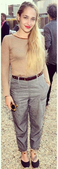 03/05/2015: Jem était au Pioneer Works 2nd Annual Village avec son mari Mike. Niveau tenue j'aime bien ça fais un peu working girl.