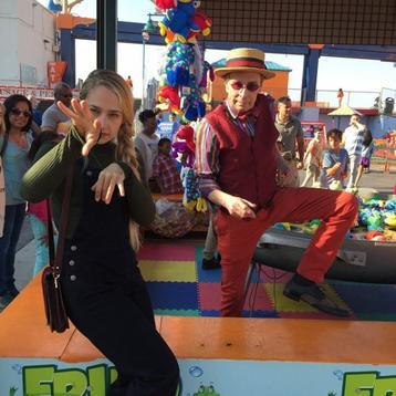 04/05/2015: Alors que la plupart des stars se préparaient pour la soirée au MET Jemima, Adam et Lena enregistraient pour la série Girls. En effet, Jem a récupéré sa tenue du 17 avril pour poursuivre la scène qu'elle tournait avec Adam Driver. Ils étaient cette fois-ci à Coney Island à Brooklyn connue pour sa plage avec un parc d'attraction. Il semble que se soit là que les deux amis (Jessa/Adam les personnages) aient gagné un poisson rouge.