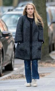 16/04/2015:  Des photos de Jemima se promenant dans les rues de New York étaient passées entre les mailles de mes recherches. Les voici donc un peu en retard... L'article rejoindra la chronologie du blog dès la prochaine sortie de notre raiponce des temps moderne.