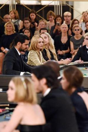 07/07/2015: OMG Jemima est chez nous à Paris! Elle a participé au défilé de Chanel/Karl Lagerfeld qui avait lieu au Grand Palais accompagnée de sa cousine et mannequin Alice Dellal (mais n'y a pas de photos ensemble sauf celle de groupe). Elle devait pendant le défilé jouer comme si elle était au casino et avait comme partenaire de table Vanessa Paradis, Kristen Stewart, Lily Collins et j'en passe. Niveau tenue c'est un top même si ça fait très petite fille sage. Et j'ajoute une photo des coulisses juste magnifique surement prise à son arrivée avant de se changer pour le show (elle va quand même à la fashion week à la cool jean+marinière lol).