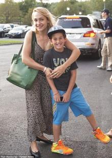 02/09/2015: Jemima et je pense son beau fils (Mike a eu des enfants avant d'en avoir avec elle) sont allés à l'US Open. Je trouve ça vraiment cool de la voir si complice avec cet enfant. Niveau tenue par contre c'est très 90's mais pas le 90's que j'aime.