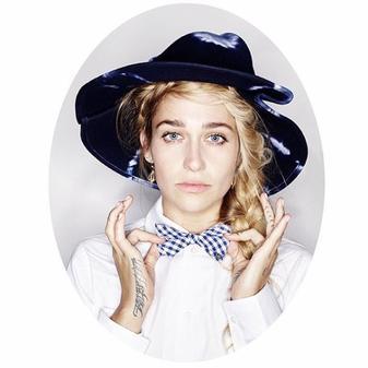 OMG Jemima est le nouveau visage de la Maison Michel spécialisée dans le couvre chef de luxe; j'espère que d'autres photos signées Karl Lagerfeld  arriveront très vite car celles-ci sont juste sublimes (je sens le nouvel habillage de blog venir pas vous?)