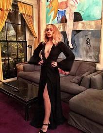 05/11/2015: C'est officiel je n'arrive plus à la suivre la miss Kirke ! Hier elle était au Charity Ball à New York. Elle était juste sublime elle me fait un peu penser à une Mortifia Addams blonde ... Mon coup d coeur des events de cette année 2015 pour l'instant.