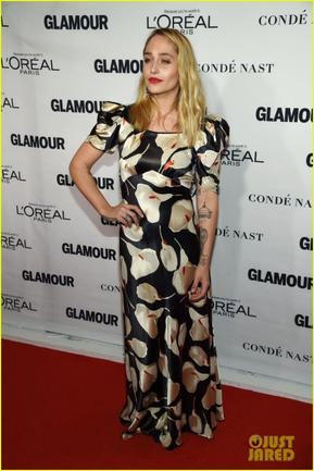 09/11/2015: Jemima était auGLAMOUR Women of the Year 2015 à New-York city. Niveau tenue j'ai du mal avec les motifs fleurit surtout quand c'est gros comme ici ...
