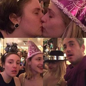 Nuit du 31décembre au1er Janvier 2016: Jemima et Mike ont fêté le réveillon avec Lena Dunham comme bien souvent... Et Jem et Lena ont commencé l'année en s'embrassant comme d'habitude ahahah. ( Je rattraperai les news de ses 2 semaines d'absence dans les jours qui viennent et je vous souhaite à tous une bonne année 2016)