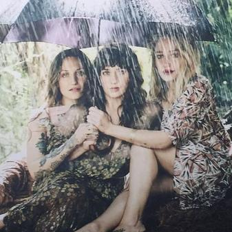 Jemima, Domino et Lola sont dans l'issus de vanity fair spécial sisters. Les photos sont signées Jason Bell et sont juste sublimes.
