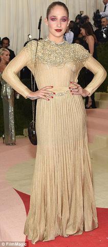 02/05/2016: Jemima était au Gala du MET le thème cette année étaitManus x Machina: la mode à l'époque de la technologie! Jemima est plutôt dans le thème avec cette robe Chanel un peu péplum/année 20 avec les perles et un maquillage et une coiffure plus futuriste. Maispersonnellement je suis loin du coup de coeur pour cette tenue...